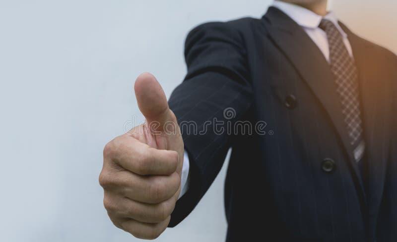 Homem de negócios que mostra os polegares que fazem acima o gesto APROVADO foto de stock