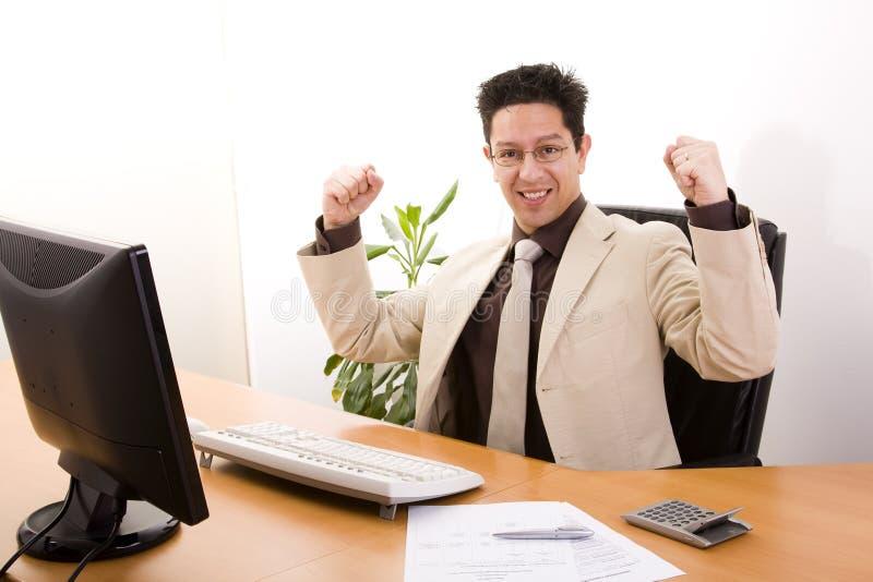 Homem de negócios que mostra seu sucesso fotografia de stock
