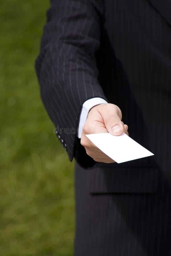 Homem de negócios que mostra um cartão em branco imagens de stock royalty free