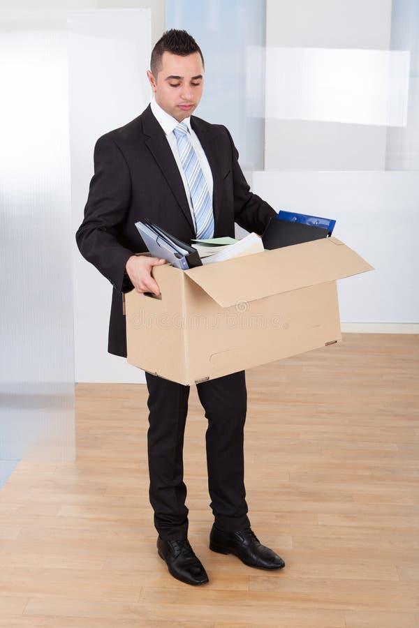 Homem de negócios que move-se para fora com caixa de cartão fotografia de stock