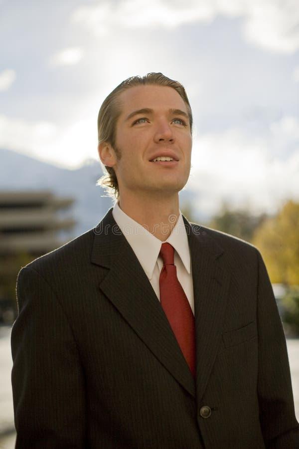 Homem de negócios que olha acima fotografia de stock royalty free
