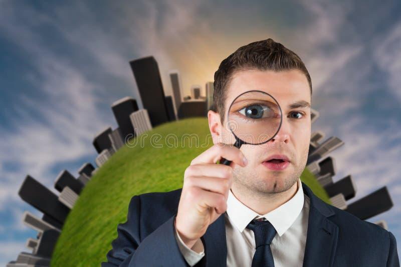 Homem de negócios que olha através da lupa foto de stock