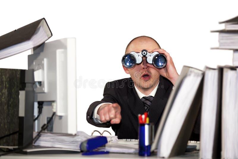 Homem de negócios que olha através dos binóculos foto de stock royalty free