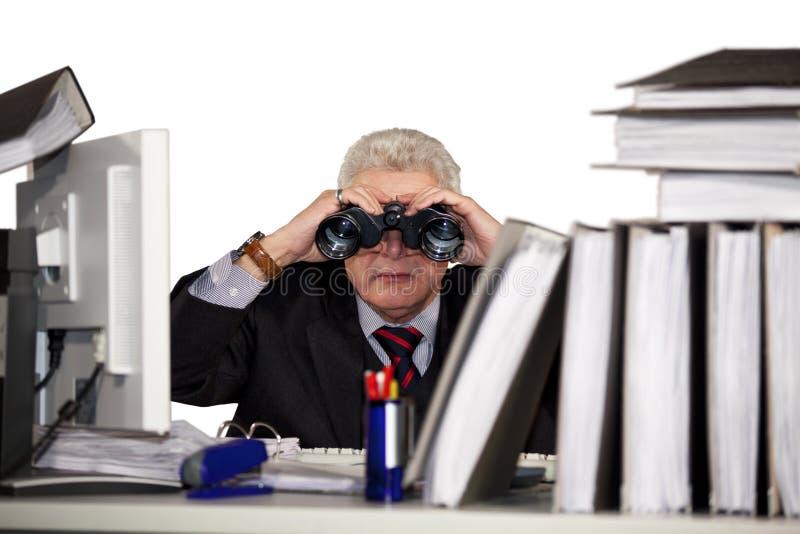 Homem de negócios que olha através dos binóculos fotografia de stock royalty free