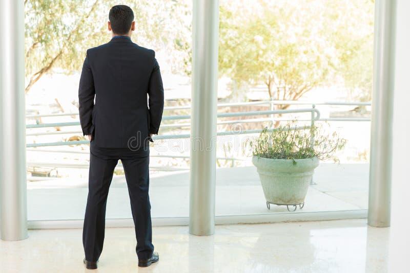 Homem de negócios que olha fora imagens de stock