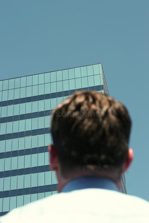 Homem de negócios que olha o edifício fotografia de stock
