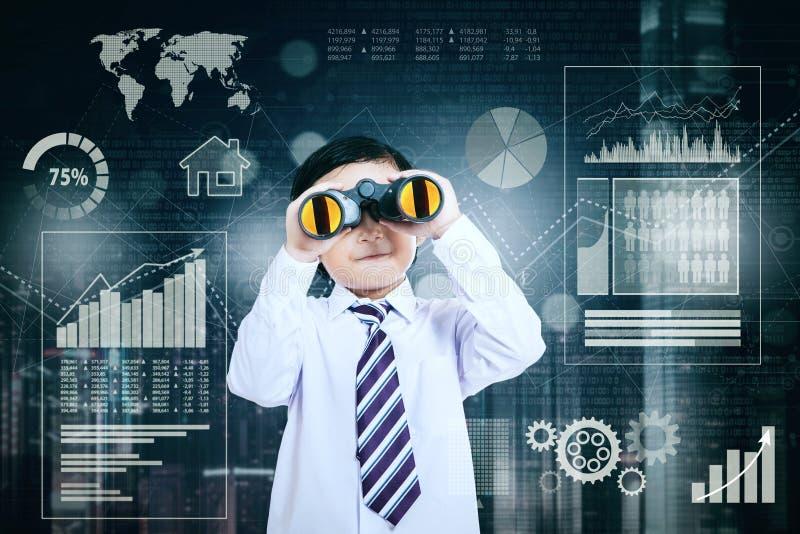 Homem de negócios que olha o negócio do crescimento foto de stock