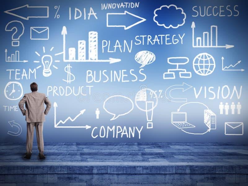 Homem de negócios que olha o plano da inovação. imagem de stock