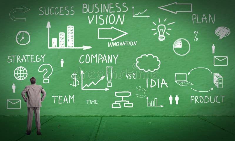 Homem de negócios que olha o plano da inovação imagens de stock
