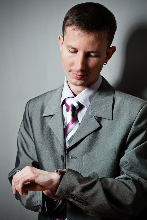 Homem de negócios que olha o relógio fotografia de stock royalty free