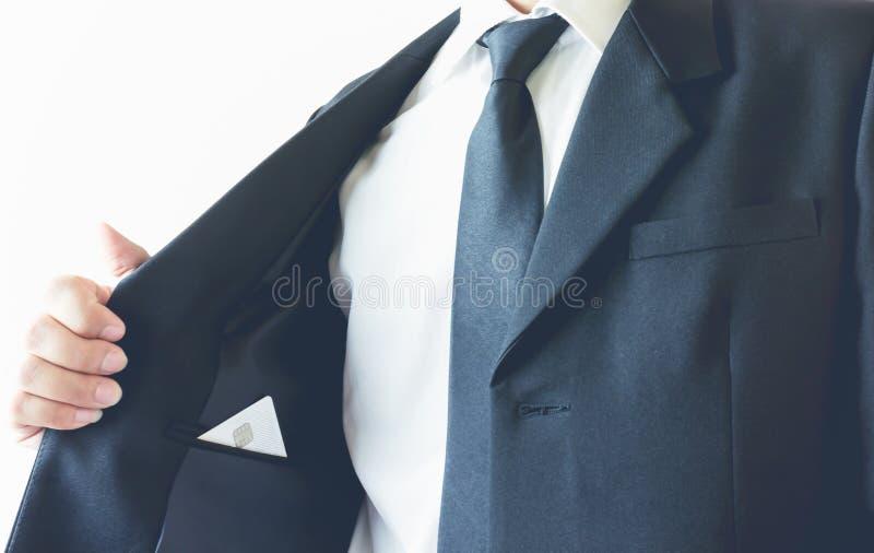 Homem de negócios que põe o cartão da visita no bolso Pode ser usado para o anúncio imagem de stock