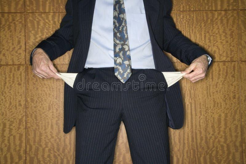 Homem de negócios que prende para fora bolsos vazios fotografia de stock