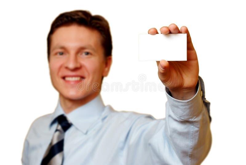 Homem de negócios que prende um cartão branco, trajeto de grampeamento foto de stock royalty free