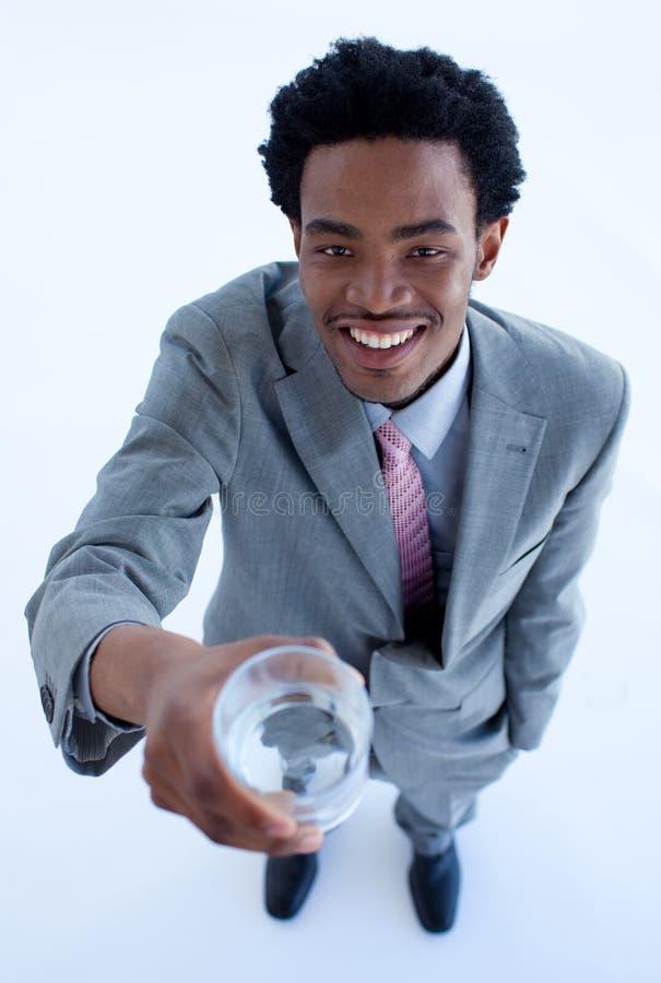 Homem de negócios que prende um vidro da água fotografia de stock