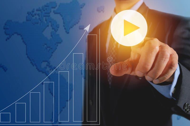 Homem de negócios que pressiona botões virtuais no conceito da tela Financia ilustração royalty free