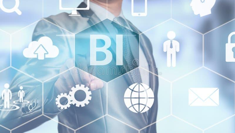 Homem de negócios que pressiona na tela digital, engodo inteligente do negócio