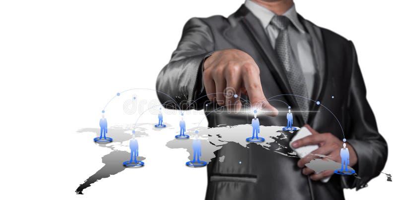 Homem de negócios que pressiona na tela virtual digital, recursos humanos m foto de stock