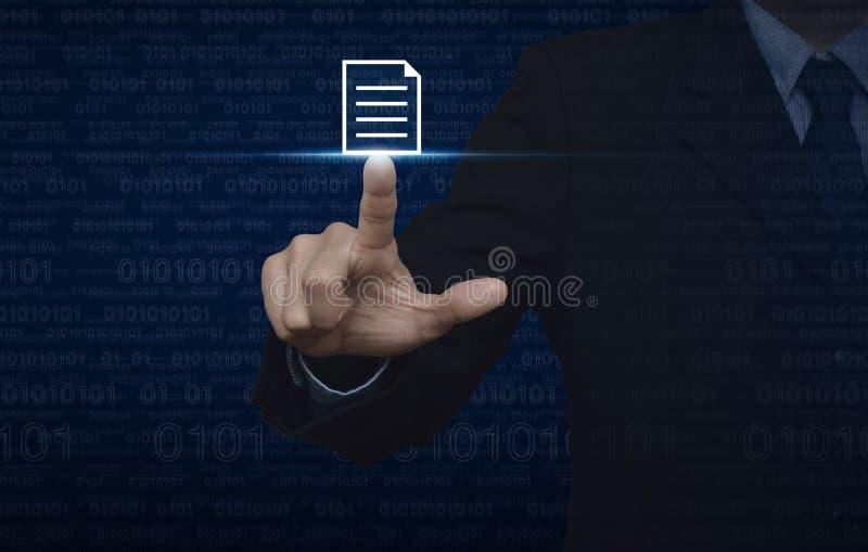 Homem de negócios que pressiona o ícone de original sobre o código binário do computador azul imagens de stock