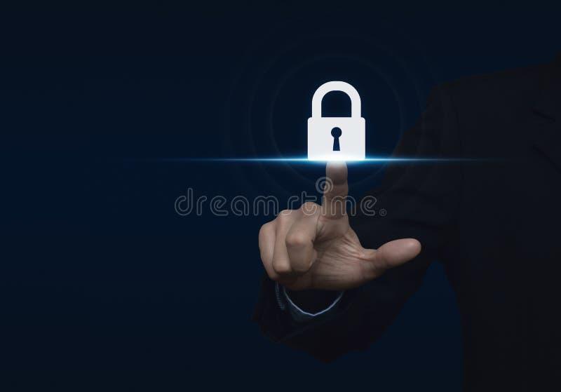 Homem de negócios que pressiona o ícone do botão da segurança, informatio da tecnologia imagens de stock