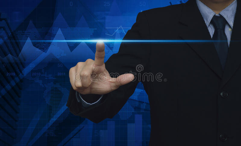 Homem de negócios que pressiona o botão com contato em telas virtuais fotos de stock royalty free