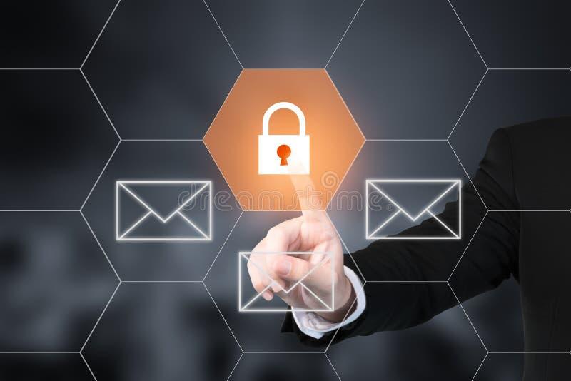 Homem de negócios que pressiona o botão da segurança do email em telas virtuais imagens de stock