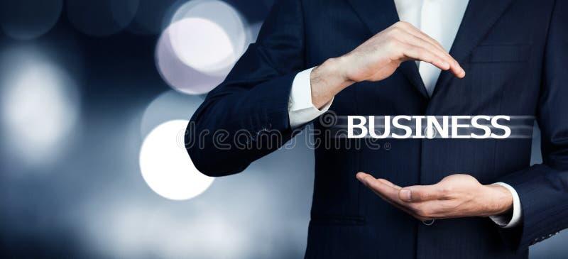Homem de negócios que pressiona o botão do negócio em telas virtuais imagem de stock royalty free