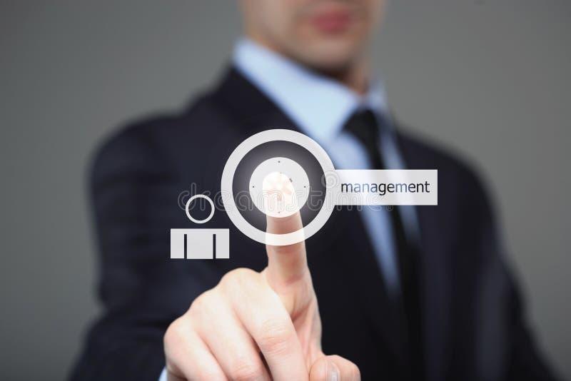 Homem de negócios que pressiona o botão na relação do tela táctil e na gestão seleta Internet, conceito da tecnologia fotografia de stock