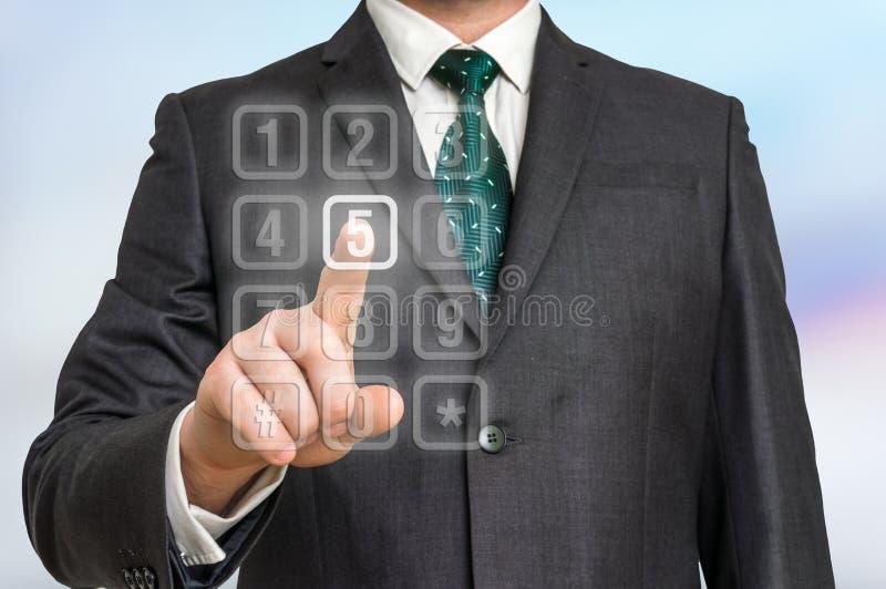 Homem de negócios que pressiona o botão numérico no tela táctil virtual imagens de stock