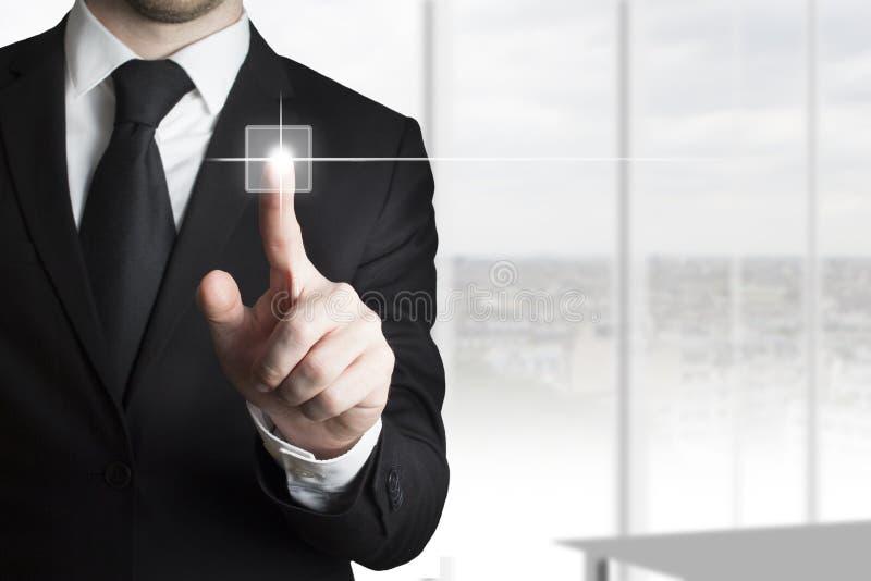 Homem de negócios que pressiona o escritório do botão do écran sensível imagens de stock