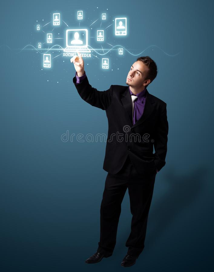 Homem de negócios que pressiona o tipo social moderno de ícones foto de stock royalty free