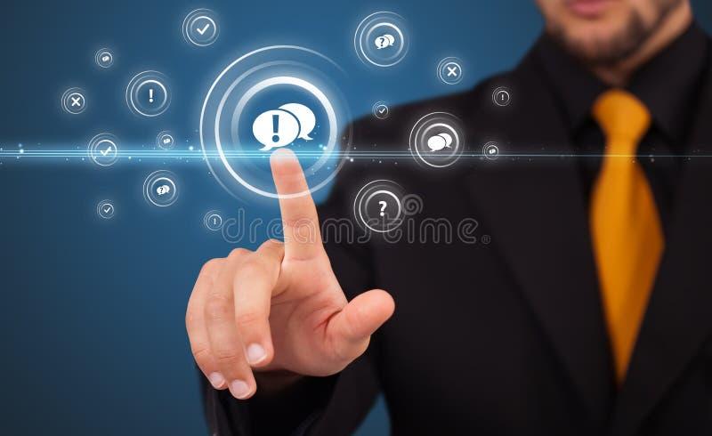 Homem de negócios que pressiona o tipo virtual da mensagem de ícones foto de stock
