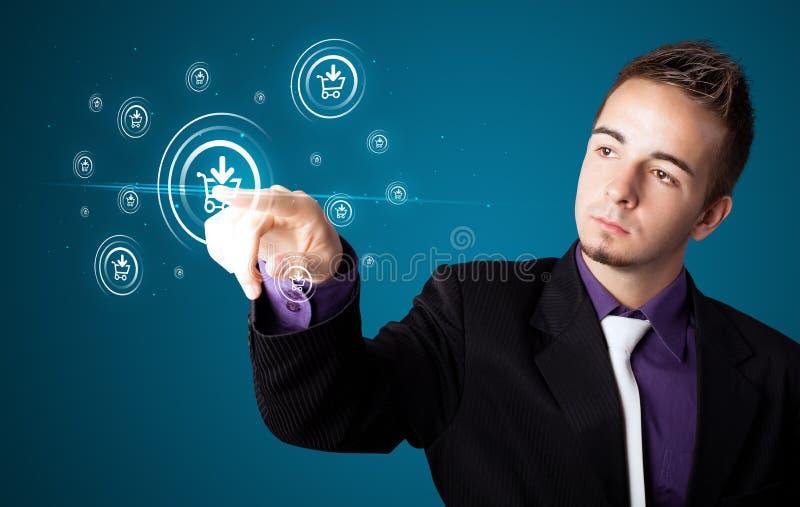 Homem de negócios que pressiona a promoção virtual e que envia o tipo de ícone fotografia de stock