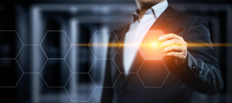 Homem de negócios que pressiona a tecla Conceito do negócio do Internet da tecnologia da inovação Espaço para o texto foto de stock