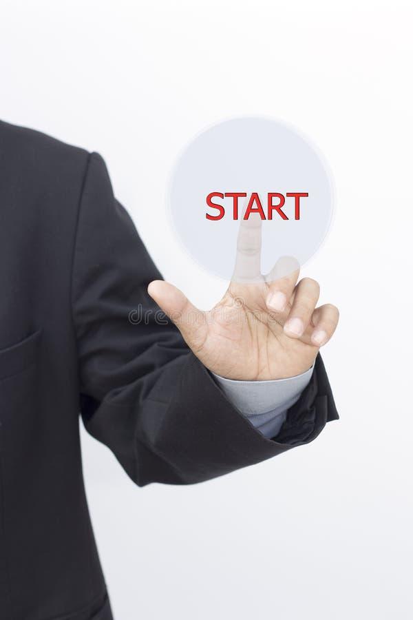Homem de negócios que pressiona teclas 'Iniciar Cópias' simples em um backgroun virtual fotografia de stock royalty free