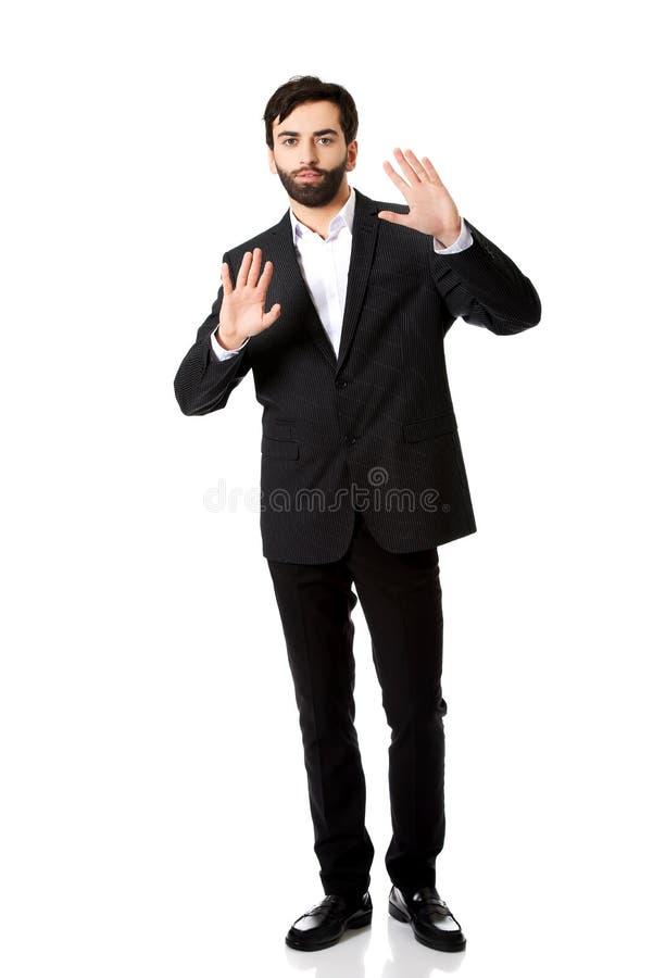 Homem de negócios que pressiona a tela abstrata imagens de stock