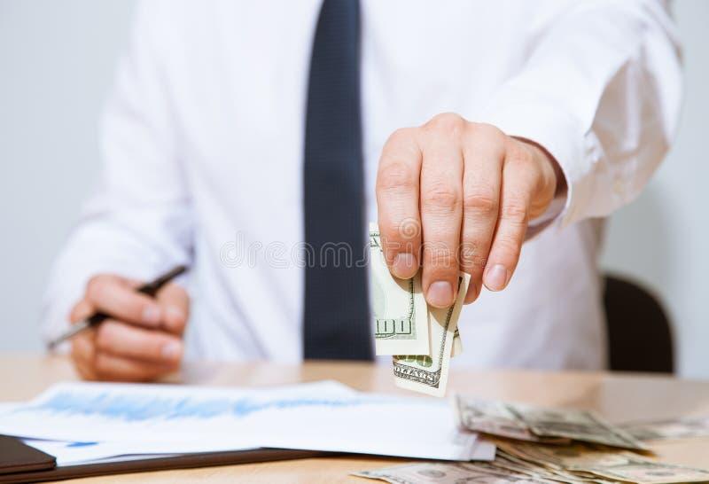 Homem de negócios que propõe o dinheiro a você imagens de stock royalty free