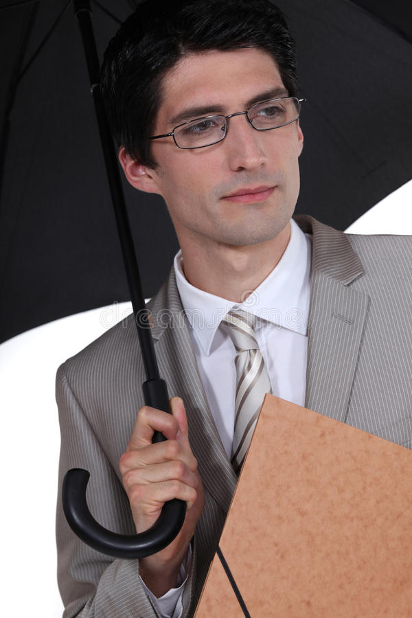 Homem de negócios que protege da chuva fotografia de stock royalty free