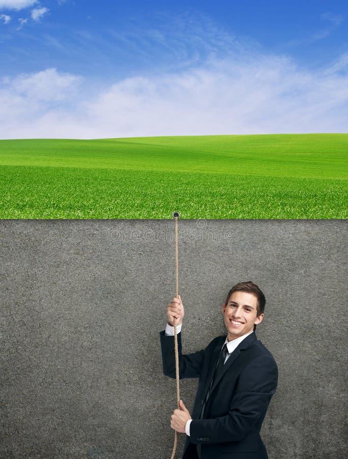 Homem de negócios que pulula acima da corda com cartaz imagens de stock