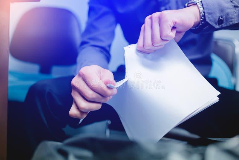Homem de negócios que rasga o papel vazio distante foto de stock