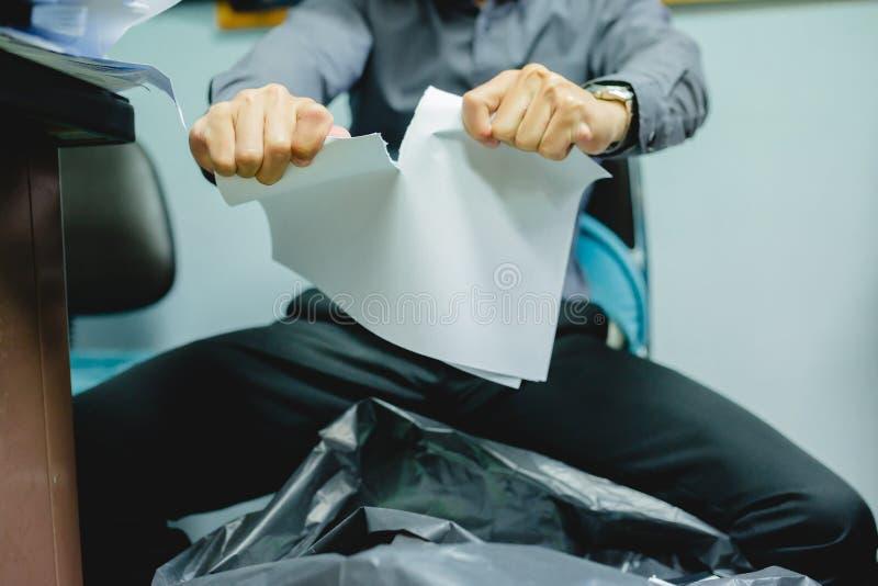 Homem de negócios que rasga o papel vazio distante imagens de stock