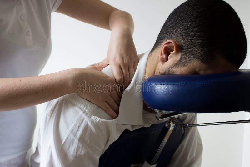 Homem de negócios que recebe o shiatsu em uma cadeira da massagem imagem de stock royalty free