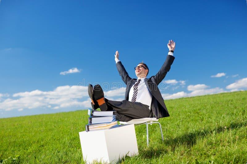 Homem de negócios que relaxa no ar fresco imagens de stock royalty free