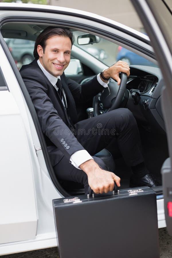 Homem de negócios que sai da porta da rua imagens de stock royalty free