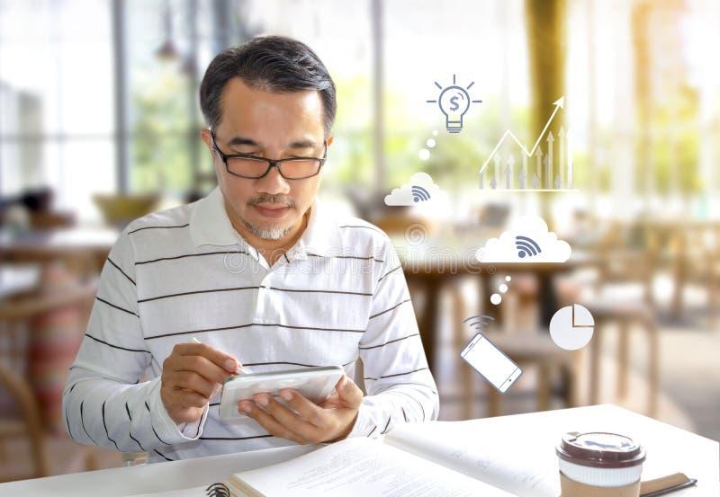 Homem de negócios que senta-se na cafetaria e que escreve em uma tabuleta digital Muitos povos podem estudar ou trabalhar em vári imagens de stock