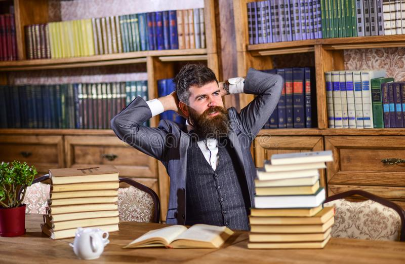 Homem de negócios que senta-se na mesa imagem de stock royalty free