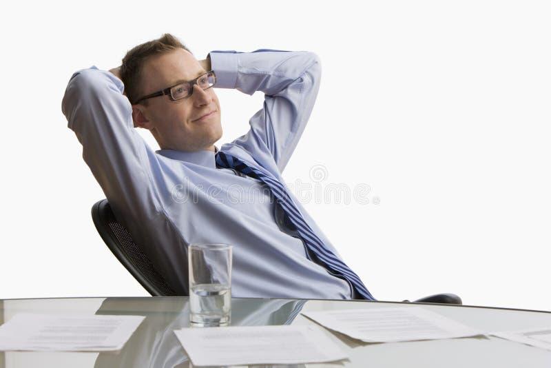 Homem de negócios que senta-se na mesa - isolada imagens de stock