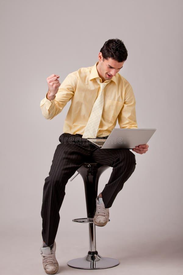 Homem de negócios que senta-se no barstool foto de stock royalty free