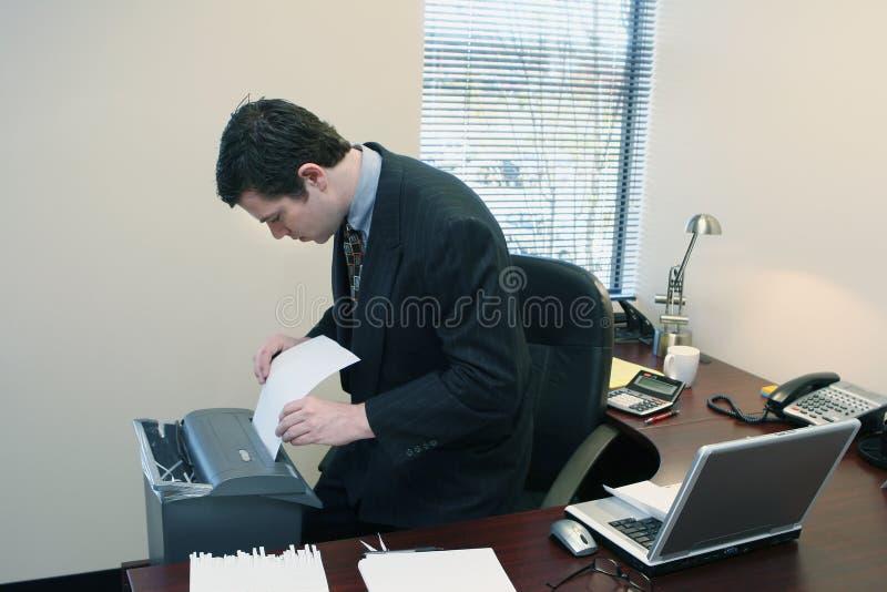 Homem de negócios que Shredding originais fotos de stock