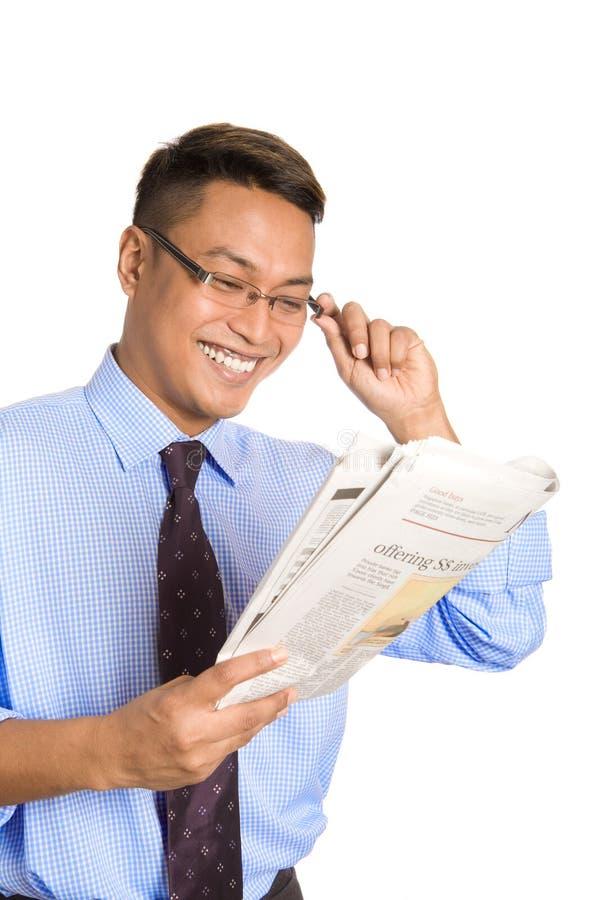 homem de negócios que sorri feliz como lê o artigo foto de stock royalty free