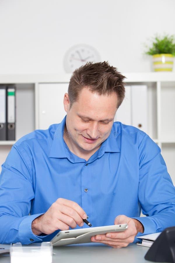 Homem de negócios que surfa o Internet em um tabuleta-PC imagem de stock royalty free